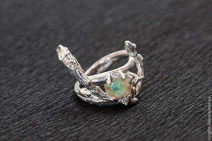Кольцо из серебряных веточек с осколком опала