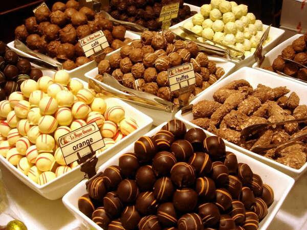Попробовать много разного шоколада в Бельгии