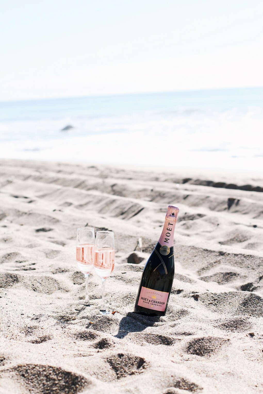 Вечер с бутылкой шампанского, подругой, морем и закатом