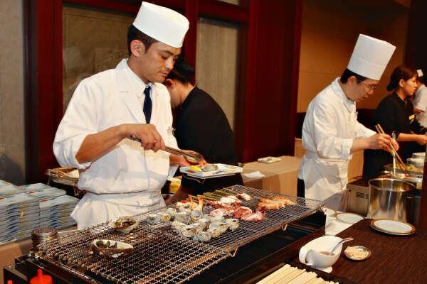 Попробовать суши в Японии