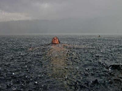 Поплавать под дождем