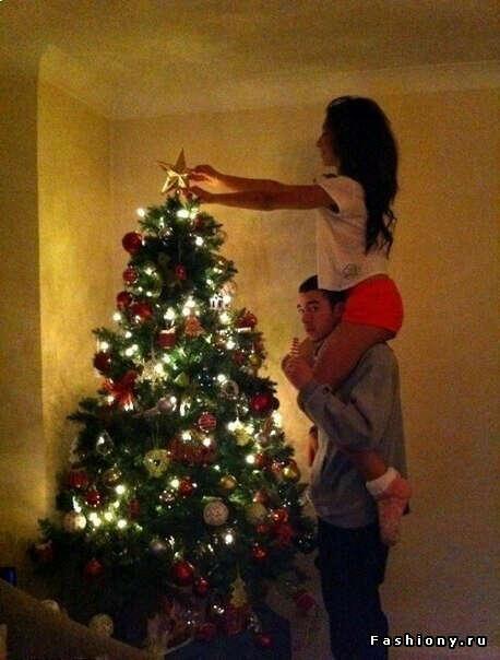 Наряжать елку с любимым:3