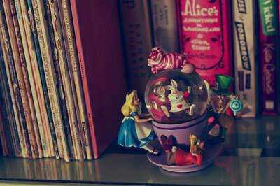 """Стеклянный шар """"Алиса в стане чудес"""""""