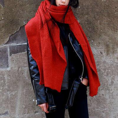Огромный красный шарф