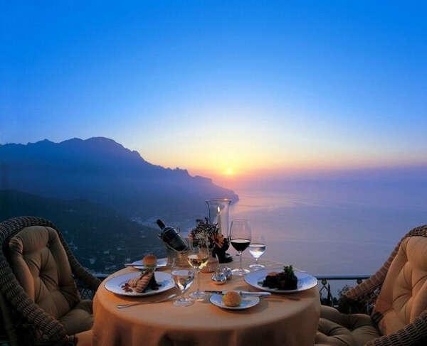 Романтический ужин в Италии с видом на Средиземное море.