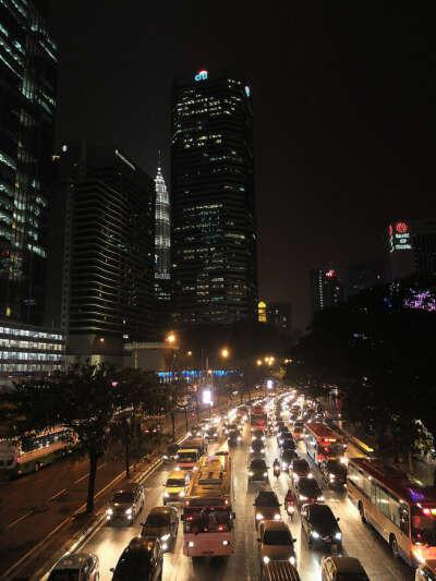 Посетить Малайзию (в особенности Куала-Лумпур)