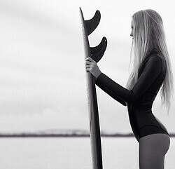 научится кататься на серфе