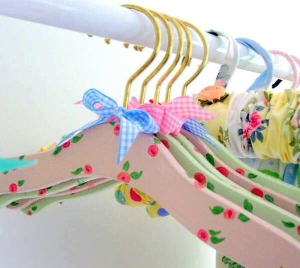 Много красивых плечиков для одежды