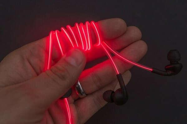 Наушники, светящиеся в темноте и пульсирующие в такт музыке