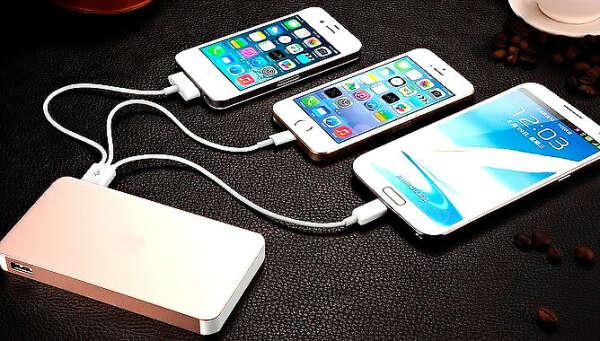 Портативная зарядка с проводами для разных телефонов