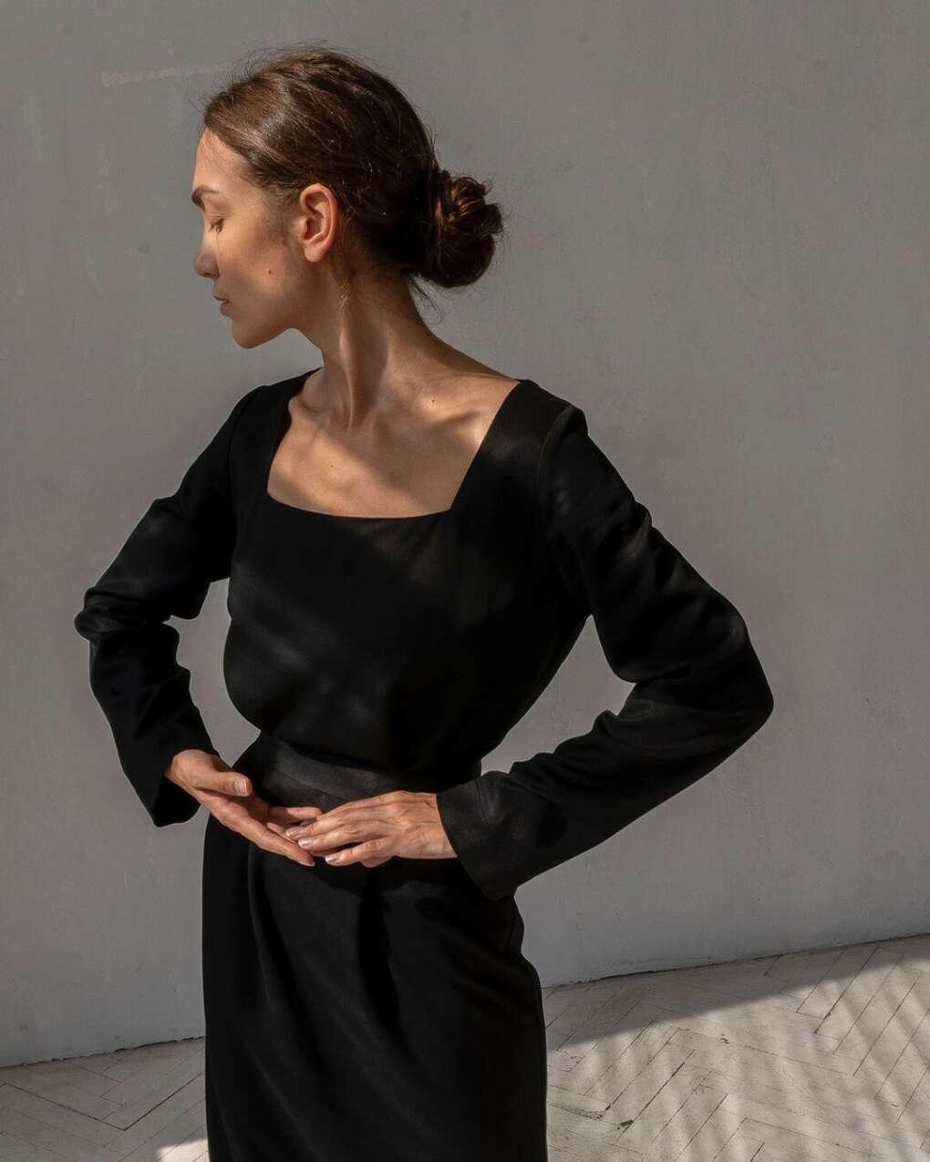 Платье свободного кроя с вырезом «каре»