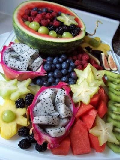 Много экзотических фруктов