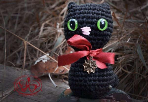 Вязаный амигуруми кот