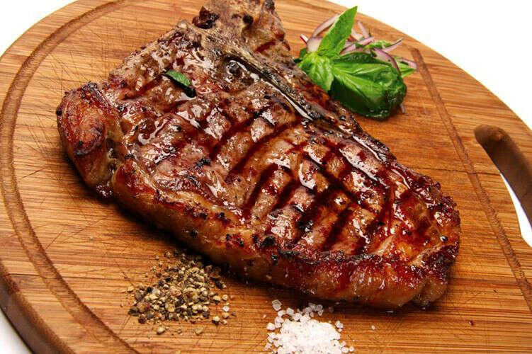 Съесть  вкусный и сочный стейк