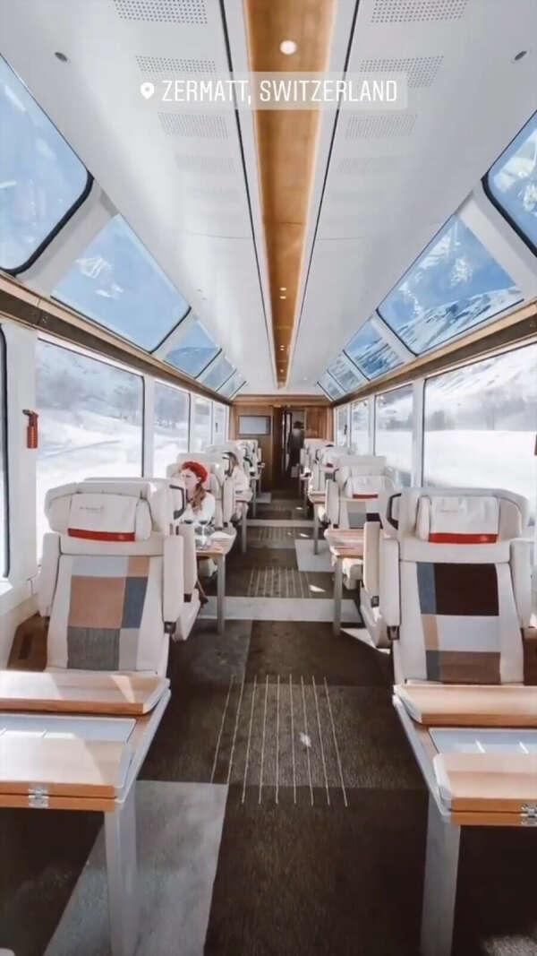 Панорамный поезд зимой в Швейцарии