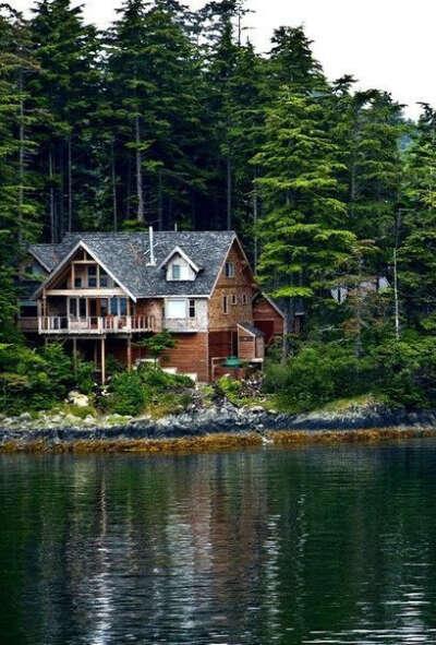 Дом у озера в лесу
