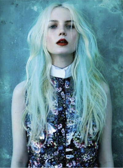 Голубые пряди в волосах