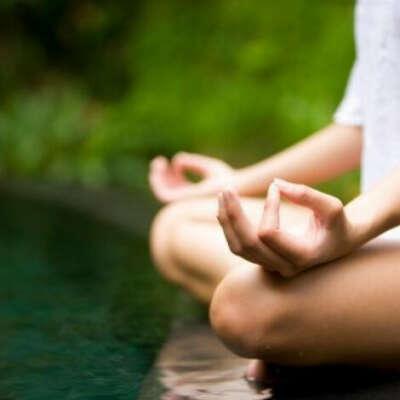 Практиковать йогу и медитацию