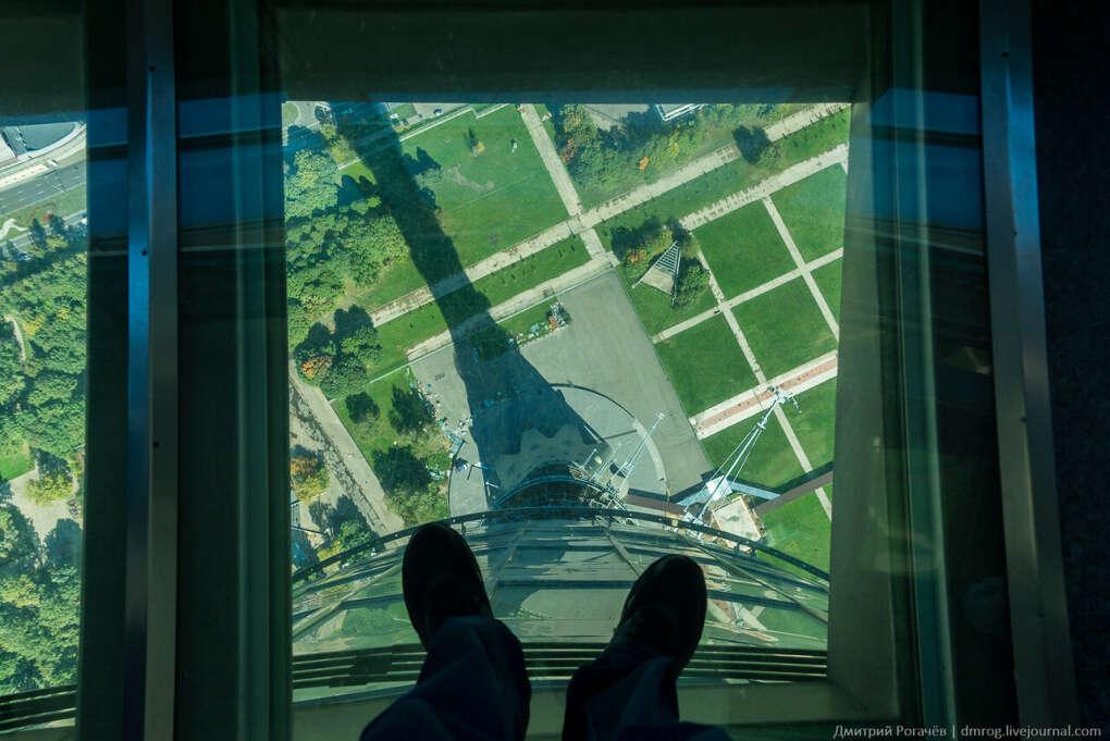 Наступить на стеклянный пол Останкинской башни.