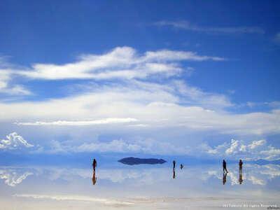 Помочить ноги в солончаке Уюни, Боливия