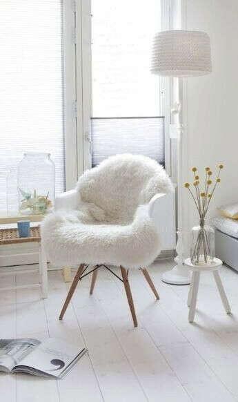Белое кресло с мехом