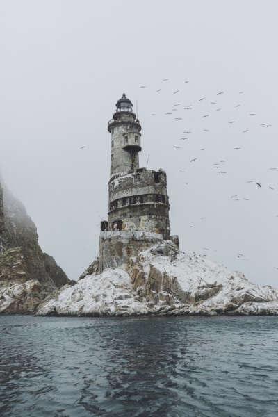 Побывать на заброшенном маяке Анива на острове Сахалин.