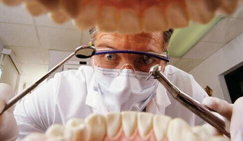 Вылечить все зубы и поменять пломбы