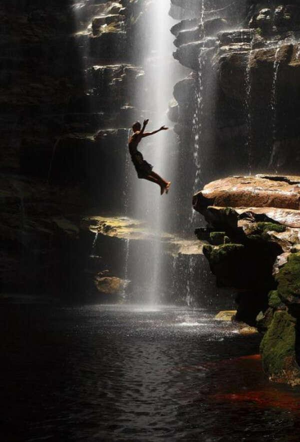 Прыгнуть со скалы в водопад