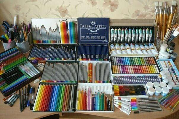 Много красок и карандашей, кистей, красок и т.д