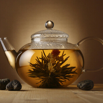 Прозрачный заварник с красивым чаем