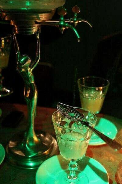 Выпить абсент в творческом месте с классными людьми