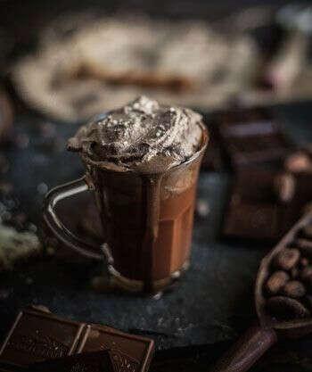Выпить горячий шоколад в кафе.