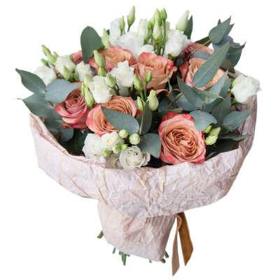 Букет из роз, эустомы и эвкалипта